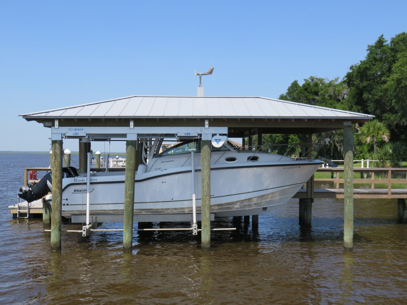 20,000 lb DECO Boathouse Lift with Roof Tabs 6-Piling